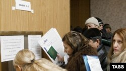 Russia -- Migrant workers queueing in an office of the Federal Migration Service for Nizhni Novgorod Region to submit their applications for work permits, 07Mar2007