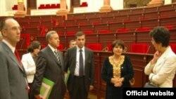 Türkmen parlamentiniň başlygy Akja Nurberdiýewa (sagdan ikinji) gürji parlamentiniň wekilleri bilen, 2007-nji ýyl.