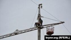 Архівне фото: пошкоджена електроопора високовольтної лінії біля села Чонгар Генічеського району Херсонської області, 11 жовтня 2015 року