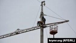 Архивное фото: поврежденная электроопора высоковольтной линии возле села Чонгар Генического района Херсонской области, 11 октября 2015 года