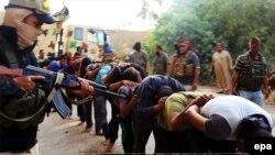 """مسلحو """"داعش"""" يقتادون جنوداً عراقيين بملابس مدنية في محافظة صلاح الدين"""