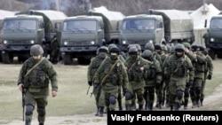 Окупація українського Криму. Російські військові у селі Перевальне, 6 березня 2014 року