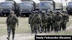 Окупація Криму. Російські військові у селі Перевальне, 6 березня 2014 року