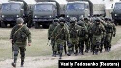 Российские военные без опознавательных знаков (так называемые зеленые человечки) в селе Перевальное, Крым. 5 марта 2014 года
