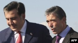 Грузия президенті Михаил Саакашвили (сол жақта) және НАТО бас хатшысы Андерс Фог Расмуссен. Тбилиси, 6 қыркүйек 2012 жыл.