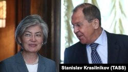 Russian Foreign Minister Sergei Lavrov (right) meets his South Korean counterpart Kang Kyung-wha in Moscow on June 17.