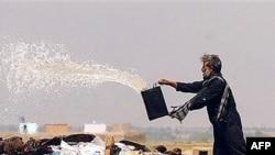 Ооганстан. Кабылдагы салтанатта ооган жараны апийимге бензин куйуп өрттөөдө. 27-июнь, 2007-жыл.