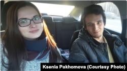 Руководитель Кемеровского штаба Ксения Пахомова и волонтер, закрывшиеся в машине