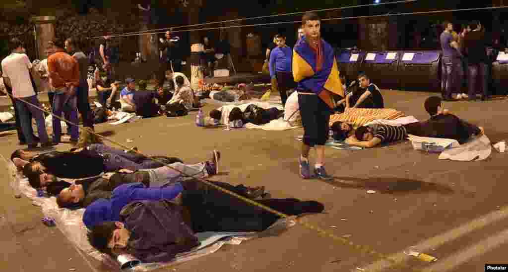 Протестующие проводят четвертую ночью на проспекте Баграмяна, 26 июня