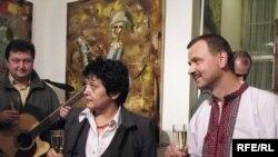Міністр Стеглікова та художник Пліщ в галереї «Зузук» на відкритті Днів української культури