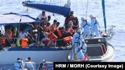 Рятувальники допомогають мігрантам, Хорватія, 2 серпня 2015