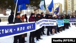 Activists from the Kuk Bure youth organization demonstrate in support of the Bashkir language in Ufa on December 1.