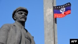 Сьцяг «ДНР» каля помніка Леніну ў Данецку