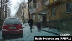 А це Володимир Бондаренко біля свого будинку