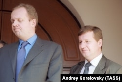 Борис Йордан и Альфред Кох на встрече согласительной комиссии журналистов НТВ и акционеров, 2001