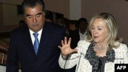 Тәжікстан президенті Эмомали Рахмон (сол жақта) АҚШ мемлекеттік хатшысы Хиллари Клинтонмен (оң жақта) Душанбедегі Ұлт сарайында жүр. 22 қазан 2011 жыл.