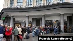 Архівне фото: на вході до Центрального вокзалу Брюсселя черги через посилені заходи безпеки і поліційні перевірки