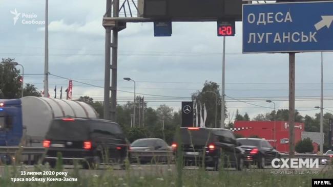 Журналісти зафіксували кортеж президента, який їхав у бік держдач зі швидкістю 120 км/год, – хоча допустима швидкість на цій ділянці траси 80 км/год