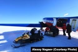 Разгрузка самолета на станции Восток. Фото Алексея Нагаева