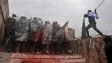 Grek protestçisi polisiýa hüjüm edýär. 20-nji ýanwar