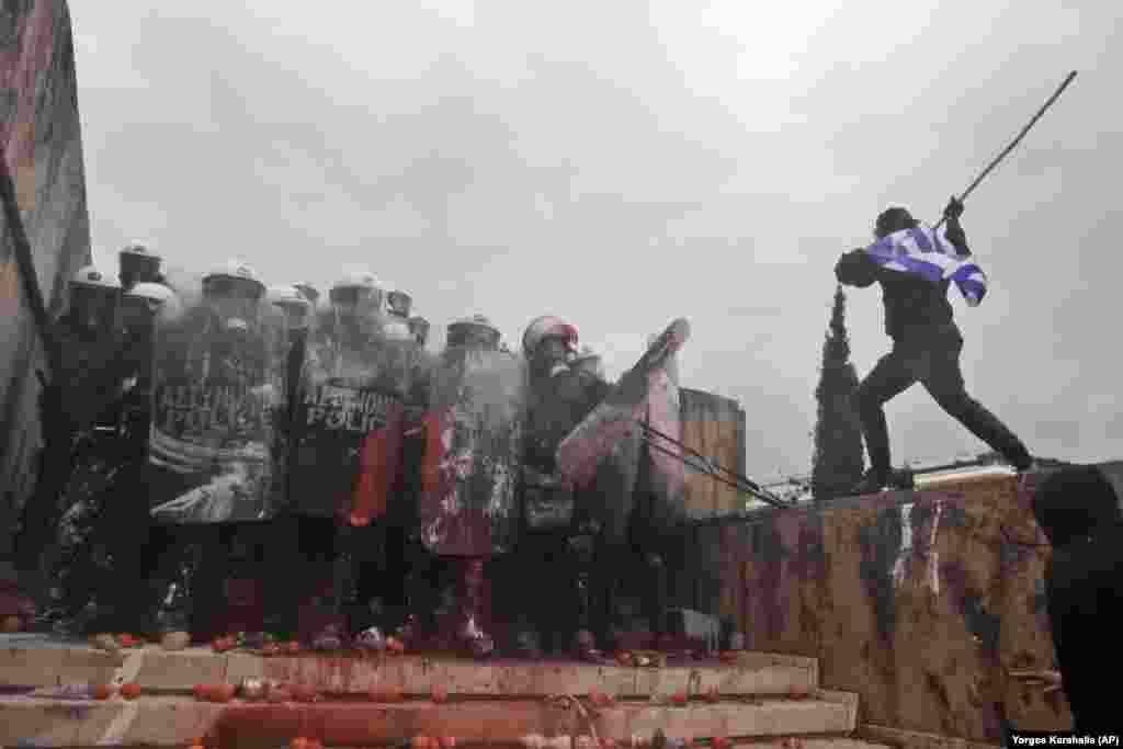 ГРЦИЈА - В среда во 10 часот по локално време започнува расправата во грчкиот Парламент за ратификација на Договорот од Преспа, а гласањето ќе биде в четврток вечер, брифираат извори од грчкиот Парламент, јави дописничката на МИА од Атина. Во Грција продолжуваат протестите против Преспанскиот договор.