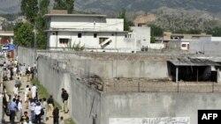 Бен Ладен өлтірілген үйдің маңына жиналған халық. Абботабад, 3 мамыр 2011 жыл.