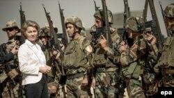 Министр обороны Германии Урсула фон дер Ляйен в Ираке среди солдат пешмерги и бундесвера, сентябрь 2016