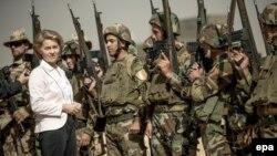 Министр обороны Германии Урсула фон дер Ляйен среди бойцов Пешмерги и солдат Бундесвера в Ирбиле. Ирак, сентябрь 2016 года.