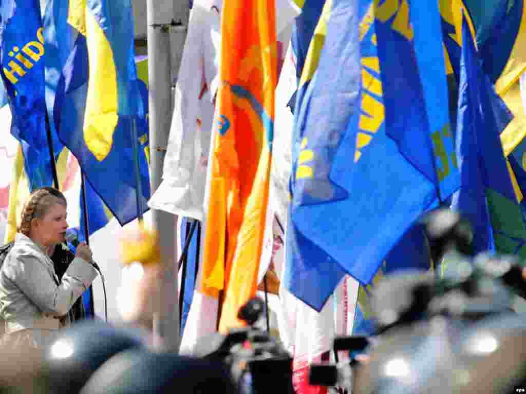 Лідер опозиції Юлія Тимошенко закликає громадян прийти 11 травня до парламенту, щоб змусити владу денонсувати угоду про продовження базування в Україні російського флоту, а також з вимогою оголосити дострокові парламентські вибори.