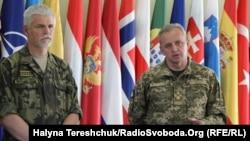 Голова Військового комітету НАТО Петр Павел (ліворуч) та начальник Генштабу ЗСУ Віктор Муженко (праворуч)