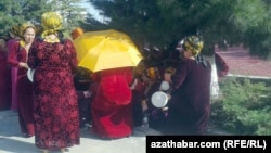 Женщины - госслужащие на культмассовом мероприятии, Ашхабад. (иллюстрация)