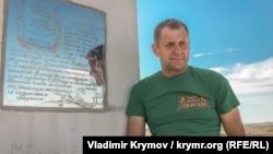 Олег Зубков на фоне букв-рекордсменов в парке львов «Тайган»
