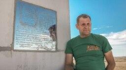 Олег Зубков на тлі букв-рекордсменів у парку левів «Тайган»