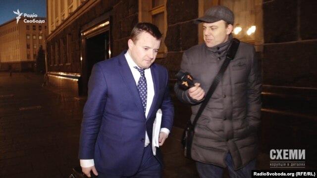Міністр енергетики Володимир Демчишин в об'єктив потрапляв мало не щодня упродовж зйомок сюжету, однак спілкуватися з пресою не хотів