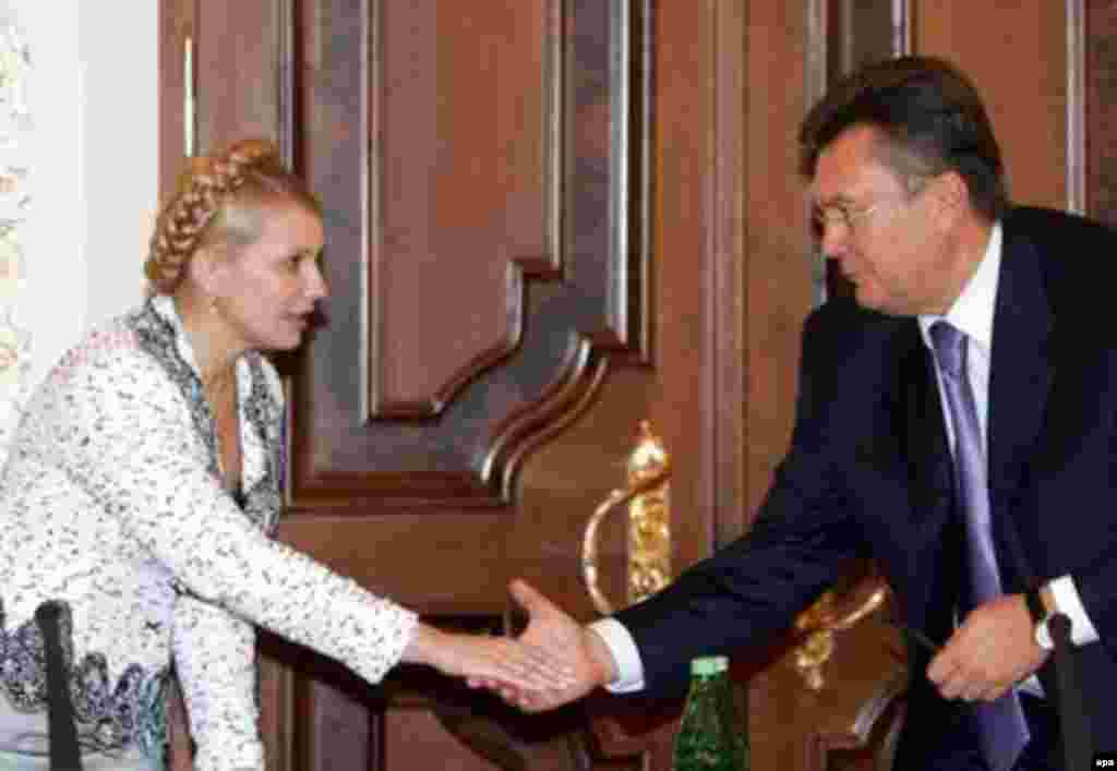 Shaking hands with Yulia Tymoshenko during crisis talks in the president's office in 2006.