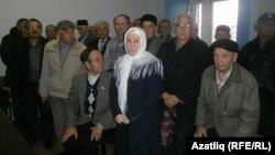 Фаузия Байрамова (ортада) сот залында тұр. Набережные Челны, Татарстан, 1 қазан 2014 жыл.