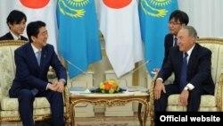 Президент Казахстана Нурсултан Назарбаев и премьер-министр Японии Синдзо Абэ (слева). Астана, 27 октября 2015 года.