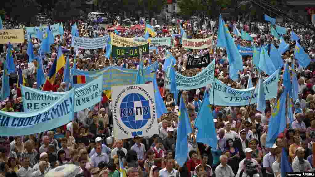 На площі можна побачити різноманітну символіку. Найбільше українських і кримськотатарських прапорів