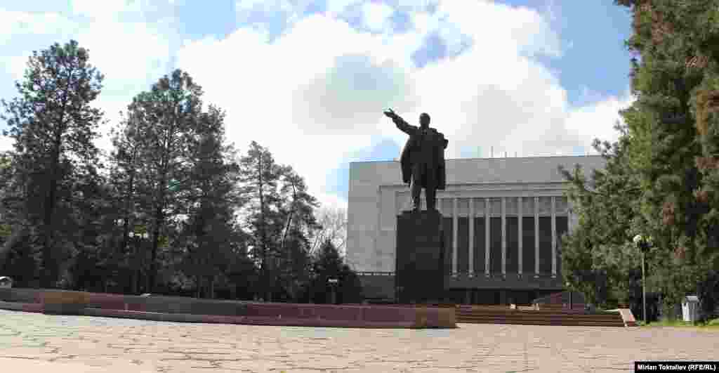 Бишкек. В 2003 году его перенесли на Старую площадь перед зданием правительства, несмотря на протесты местных коммунистов