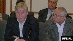 Члены Общественной палаты Анатолий Кучерена и Николай Сванидзе на презентации памятки антикоррупционеру