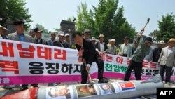 Južnokorejski aktivisti na prosvjedu ispred Ministarstva obrane u Seulu, 20. maj 2010.