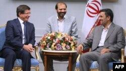 Министр иностранных дел Турции Ахмет Давутоглу (слева) и президент Ирана Махмуд Ахмадинежад (справа)