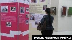 """Девушка рассматривает стенды на выставке """"Воспеваю человека труда"""". Астана, 25 сентября 2013 года."""