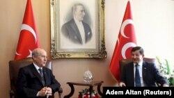 Улуттук Элдик партиянын лидери Девлет Бахчели менен АК партиянын лидери, өкмөт башчы Ахмед Давутоглы. 17-август, 2015-жыл