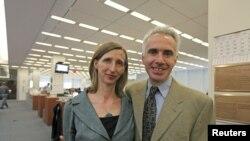 Dobitnici pulizerove nagrade Clifford Levy (desno) i Ellen Barry, novinari ''The New York Timesa'' nagrađeni za međunarodno iveštavanje, Njujork, 18. april 2011.