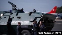 Polițiști la aeroportul berlinez Tegel în 2018