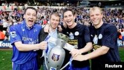 Böyük Britaniya - soldan sağa: Chelsea klubundan John Terry, Roman Abramovich (klub sahibi), Frank Lampard və Eidur Gudjohnsen ölkə çempionluğunu qeyd edirlər, 2005