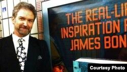 Николас Рэнкин рядом с плакатом, рекламирующим его последнюю книгу - «Боевые разведчики Йена Флеминга» - об авторе бондианы.