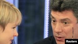 Opposition leader Boris Nemtsov (right) talks with environmental activist Yevgenia Chirikova on Dozhd TV on December 20.