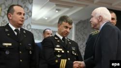 Američki senator Džon Mekejn sa oficirima Vojske Crne Gore koji su učestvovali u misiji u Avganistanu